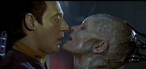 star-trek-first-contact-data-borg-queen-kiss-brent-spiner